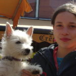 Jeune fille et son petit chiot blanc, comportementaliste canin avec Dog Sport Educ (Morbihan) de Isabelle Morphy