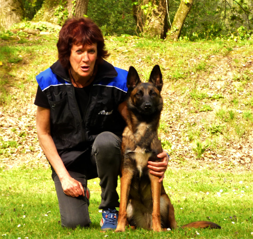 Dog Sport Educ d'Isabelle Morphy avec son malinois, educateur canin Morbihan